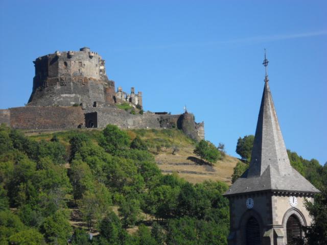 L'église et le chateau de Murol